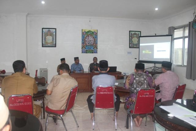 Tenaga IT Jakarta asal Aceh, Faisal Muhammad S. Kom (kanan) saat memberikan materi aplikasi e-MTQ pada bimtek MTQ Tim Verifikasi dan Panitera MTQ Provinsi Aceh, di Aula LPTQ pada Senin (18/6/2019).