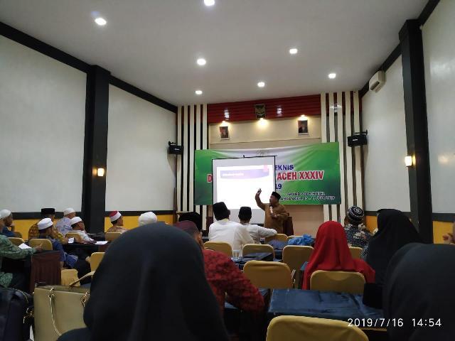 Drs. Abdus Syukur, M. Ag saat sedang memberikan materi pada kegiatan bimbingan teknis tenaga pelatih/juri tilawatil Qur'an yang berlangsung pada tanggal 15 s.d 17 Juli 2019 yang berlangsung di hotel Grand Aceh, Banda Aceh.