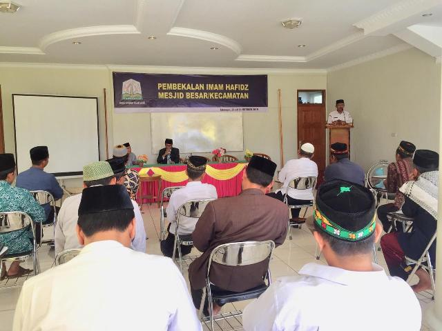 Kepala UPTD Pengembangan dan Pemahaman Al-Qur'an (PPQ), Muzakkir, SH saat membuka kegiatan pembekalan Imam Hafidh Masjid Besar/Kecamatan di Kota Takengon, Rabu (30/10/2019) pagi.