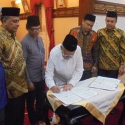 Gubernur Aceh, dr Zaini Abdullah menandatangani MoU sebagai saksi kerjasama Dinas Syariat Islam, Mahkamah Syar'iyah, Kanwil Kemenag Aceh, dan Disdukcapil terkait Isbat Nikah di Meuligou Aceh, Senin (8/5).