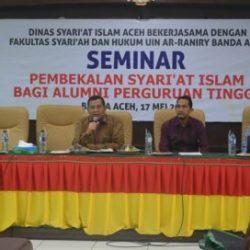 Prof Dr Syahrizal Abbas MA (kiri) didampingi moderator (tengah) dan Dr Khairuddin M Ag (kanan) saat memberikan materi di acara pembekalan syariat Islam bagi alumni perguruan tinggi yang berlangsung di aula pasca sarjana UIN Ar-Raniry Banda Aceh, Rabu (17/5/17) pagi.