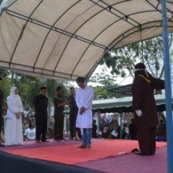Pelanggar Qanun Syariat Islam dihukum Cambuk di Halaman Masjid Mukminin Gampong Lamteh, Kecamatan Ulee Kareng, Banda Aceh, Senin (20/03).