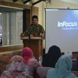 Kepala Dinas Syariat Islam Aceh Dr Munawar A Djalil MA Menyampaikan Sosialisasi Qanun Nomor 8 Tahun 2016 tentang Sistem Jaminan Produk Halal di Hotel Rasamala, Banda Aceh, Kamis, (18/5/2017).