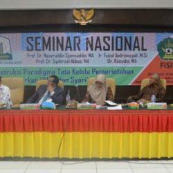 "Dari kiri ke kanan Faizal Adriansyah M Si (Kepala PKP2A IV LAN), Prof Dr Syahrizal Abbas MA (Guru Besar Fakultas Syariah dan Hukum UIN Ar-Raniry), moderator, Prof  Dr Nazaruddin Sjamsuddin MA (Guru Besar Ilmu Politik Universitas Indonesia) dan Dr Rasyidin S Sos MA (Direktur Pasca Sarjana Unimal Lhokseumawe) saat sesi diskusi tanya jawab dengan peserta seminar nasional yang bertajuk ""Rekonstruksi Paradigma Tata kelola Pemerintah Aceh Berdasarkan UUPA dan Syariat Islam"" di aula pasca sarjana UIN Ar-Raniry, Banda Aceh, Kamis (20/4/2017)."