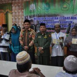 Dr Munawar MA Sedang Berfoto Bersama Drs Hamidin Mpd dan Para Peserta Isbat Nikah Agara, di Aula MA Negeri Kuta Cane, Babussalam, Senin, (15/52017).