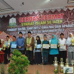 Kepala Dinas Syariat Islam Aceh Dr. Munawar A Djalail MA bersama Sekretariat Aceh Drs. Dermawan, MM foto bersama para Juara Cerdas Cermat Islam Se Aceh Tahun 2017 di Aula Arafah Asrama Haji Embarkasi Aceh pada Kamis sore 2/11/2017