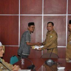 Kepala Dinas Syariat Islam Aceh Dr Munawar A Djalil MA Menyerahkan Tiket Pesawat serta Uang Saku Kepada Dai Terpilih Untuk diberangkatkan Umrah Ke Tanah Suci Mekah, di Ruang Rapat Kadis Syariat Islam Aceh, Selasa (28/11).