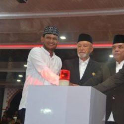 Penekanan Sirine yang dilakukan Gubernur Aceh yang didampingi oleh Wali Nangroe Aceh, Kadis Syariat Islam Aceh dan Bupati Kabupaten Aceh Timur.