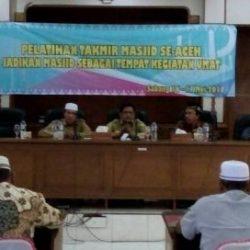 Kabid Peribadatan, Syiar Islam dan Pengembangan Sarana Keagamaan DSI Aceh Muhibuthibri S Ag (dua dari kanan) didampingi tiga pemateri lainnya saat membuka acara pelatihan takmir masjid se-Aceh di aula lantai I kantor Walikota Sabang, Selasa 16/5/2017.