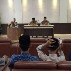 Kepala DSI Aceh Dr EMK Alidar, S. Ag., M. Hum (tengah) didampingi Kepala UPTD PPQ DSI Aceh Drs Ridwan Djohan (kanan) saat pembukaan TC (Training Centre) bagi para calon peserta MTQN XXVII pembukaan TC (Training Centre) bagi para calon peserta MTQN XXVII di aula gedung LPTQ Aceh pada senin (9/7/2018) pagi.