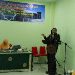 Prof Syahrizal Abbas ketika memberi materi pada acara pembekalan Syariat Islam bagi majelis taklim dan tokoh masyarakat di gedung UCC Muhammadiyah, Banda Aceh (15/03/2017)