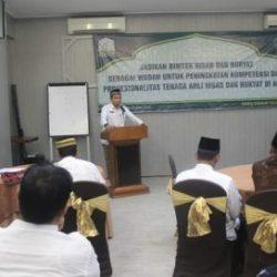 Kepala Dinas Syariat Islam Aceh Dr Munawar MA sedang memberi sambutan Kepada Peserta