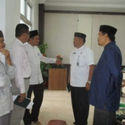 Kadis Syariat Islam Aceh Dr Munawar MA sedang berbincang dengan para khatib jumat yang akan diterjunkan ke 3 kabupaten/kota usai rapat persiapan pengiriman khatib jumat ke kabupaten/kota yang berlangsung di aula gedung LPTQ Aceh, Jumat pagi, (28/4).