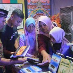 Pengunjung memadati stand DSI Aceh di acara Aceh Police Expo 2017 yang digelar di lapangan Blang Padang, Banda Aceh tanggal 9-12 Juli 2017.