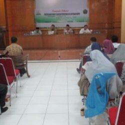 Dari kiri ke kanan Prof Dr A Hamid Sarong SH MH, Prof Dr Syahrizal Abbas MA, moderator, Dr Munawar A Jalil MA, saat memberikan materi pada acara Seminar politik dalam syariat Islam dan perwujudan kesejahteraan rakyat yang diselenggarakan di Aula Aziziyah UPT Asrama Haji Embarkasi Aceh (24/517).