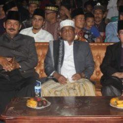 Drs Ridwan johan (kiri) di dampingi wakil bupati Aceh Besar Walid Husaini (tengah) dan Pelatih nasional H. Ahmad Muhajir (kanan) saat pembukaan Try Out Kafilah Aceh, pada Sabtu malam (22/9/2018) di Masjid Baitul Adhim Aneuk Batee, Kecamatan Suka Makmur, Aceh Besar.