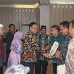 Kepala Dinas Syariat ISlam Aceh Dr Munawar A Djalil MA Sedang Memberikan Cendera Mata Kepada Perwakilan Msing-Masing Lembaga, di Aula Hotel grand Nanggroe Aceh, Selasa Malam (7/11).