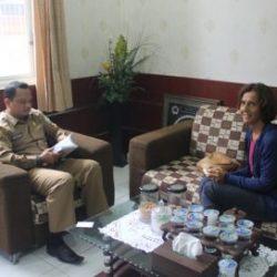 Kadis Syariat Islam Aceh Dr Munawar A Djalil MA bersama  Prof Silvia Vignato yang berasala dari Milano, Itali membahas Anak terkait Syariat Islam di Aceh, di Ruang Rapat Kadis Syariat ISlam, Senin (4/9).