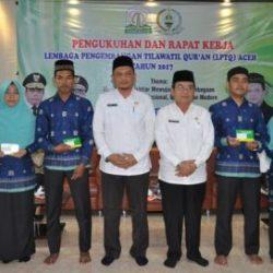 Kepala Dinas Syariat Islam Aceh Dr Munawar A Djalil MA dan Asisten II Setda Aceh Drs Syaiba Ibrahim sedang Berfoto Bersama Pemenang STQN XXIV di Aula LPTQ Aceh, Rabu (13/9).