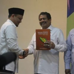 Kepala Dinas Syariat Islam Aceh Dr Munawar A Djalil MA Menyerahkan Grand Design Syariat Islam ke Sekda Aceh Drs Dermawan MM, Pimpinan DPRA Drs Sulaiman Abda, dan Kepala Bappeda Aceh yang diterima oleh Martunis ST DEA di Aula Hotel Grand Syariah Aceh, Rabu (11/10).