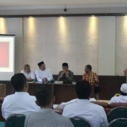 Kepala Dinas Syariat Islam Aceh Dr H Munawar A Jalil, MA Saat Membuka Kegiatan Seminar Hasil Penelitian Tentang Mushaf Al-Quran Ornamen Aceh di Gedung LPTQ Aceh, Jumat (3/11).