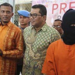 Anggota Komisi VII DPRA menemui MRS alias Andre (28), germo prostitusi online, di Mapolresta Banda Aceh, Kamis (5/4).