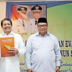 Kepala Dinas Syariat Islam Aceh, Dr Munawar A Djalil MA menyerahkan dokumen grand design syariat Islam kepada Sekda Aceh, Drs Dermawan MM disaksikan wakil ketua DPRA Sulaiman Abda dan Martunis DEA perwakilan Bappeda Aceh