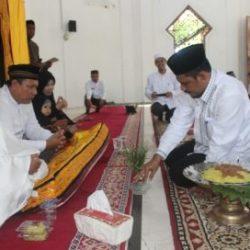 Kepala Dinas Syariat Islam (DSI) Aceh, Dr EMK Alidar, S.Ag, M.Hum saat melakukan prosesi menepung tawari Jamaah Calon Haji (JCH) pegawai DSI Aceh di Mushalla As-Salam, Jum'at (3/8/2018).