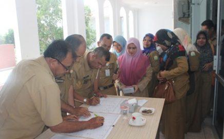 Pegawai DSI Aceh saat registrasi sebagai peserta antusias dalam kegiatan peningkatan kapasitas sumber daya ASN dalam pelaksanaan tugas kedinasan yang berlangsung di aula LPTQ Aceh, Senin (6/10/17) pagi.