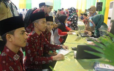 Kafilah Aceh peserta MTQN XXVII dari cabang syarhil putra saat melakukan registrasi ulang di lapangan asrama haji Medan (depan Ka'bah) senin (4/10/18) sore.