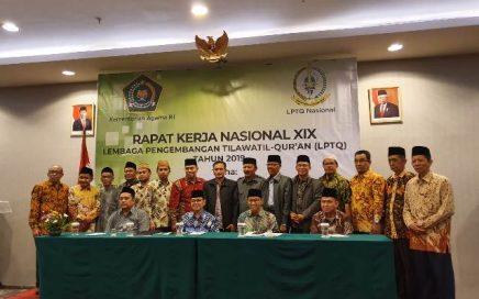 Peserta Rapat Kerja Nasional (Rakernas) XIX LPTQ Nasional tahun 2019 berfoto bersama di aula hotel Ibis Harmoni Jakarta (10/11/2019) Minggu.